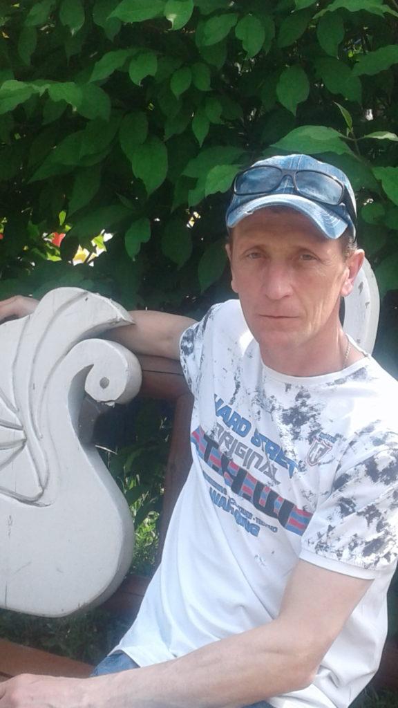 Об авторе,автор сайта в светлой футболке в кепке на скамейке.✔